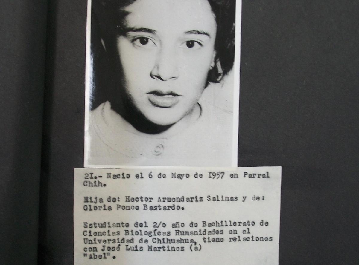 """Retrato fotográfico en blanco y negro, al pie una foja mecanografuada en la que se puede leer el nombre Minerva Armendariz Ponce (a) """"Marin"""", se resalta su militancia en el M.A.R. Imagen: Archivos de la Represión"""